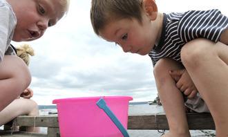 Forskning - to barn og en bøtte
