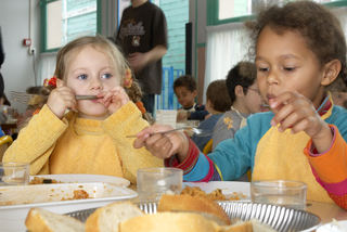 Jenter spiser