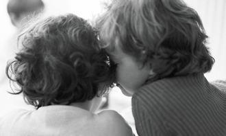 To barn i sort og hvitt