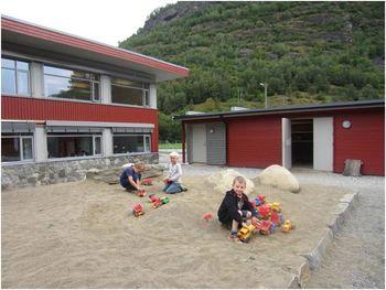 Mange av dei minste elevane gler seg stort over den nye, fine sandkassen Foto Kari Johnsen