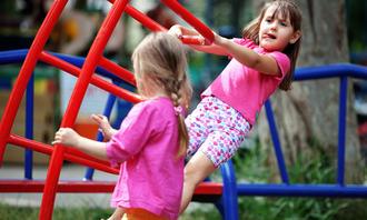Barnehagebarn i klatrestativ