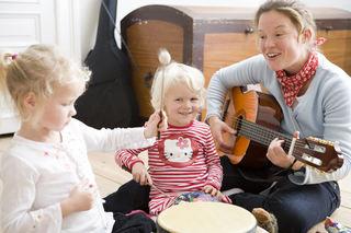 Førskolelærer med gitar