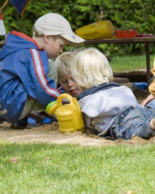 Tre barn i sandkasse