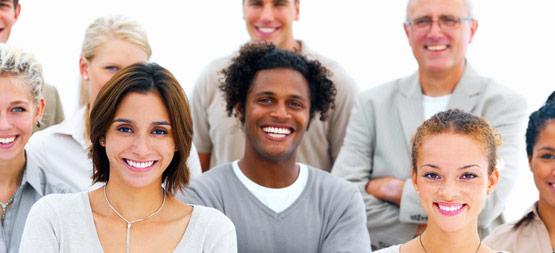 Gruppe med smilende mennesker