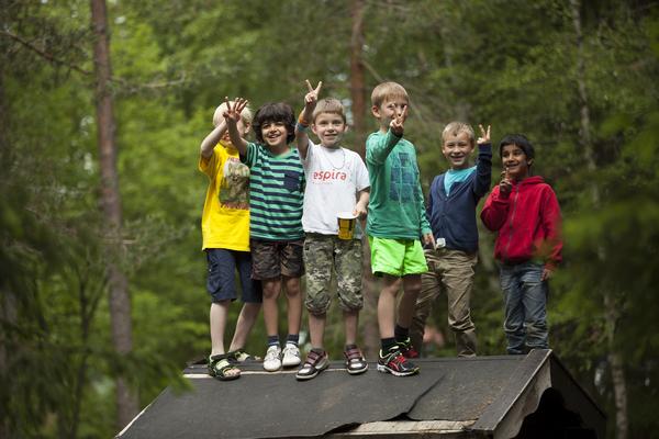 Gutter leker ute i friminuttet