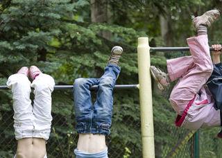 Barn hengende i stativ
