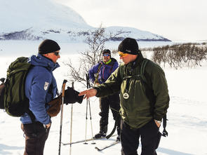 Per Erling Høvde og Bård Johansen i midten meddommer Mads Hanssen