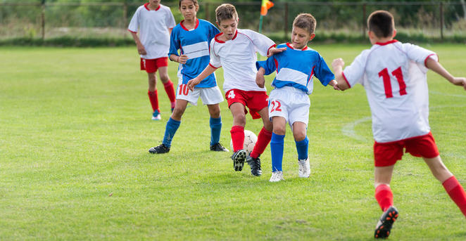 Barn sparker fotball