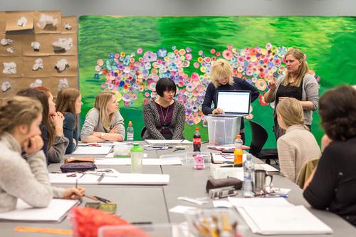 Lærer og elever med pc_500x333.jpg