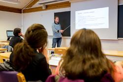 Lærer ved tavle pluss 3 elever_250x167.jpg