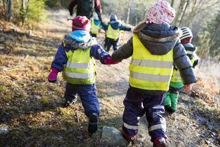 Barn på tur i skogen 2015 (Foto: Barnehagedagen15)