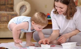 Barn maler med voksen