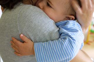 Baby holder rundt voksen II
