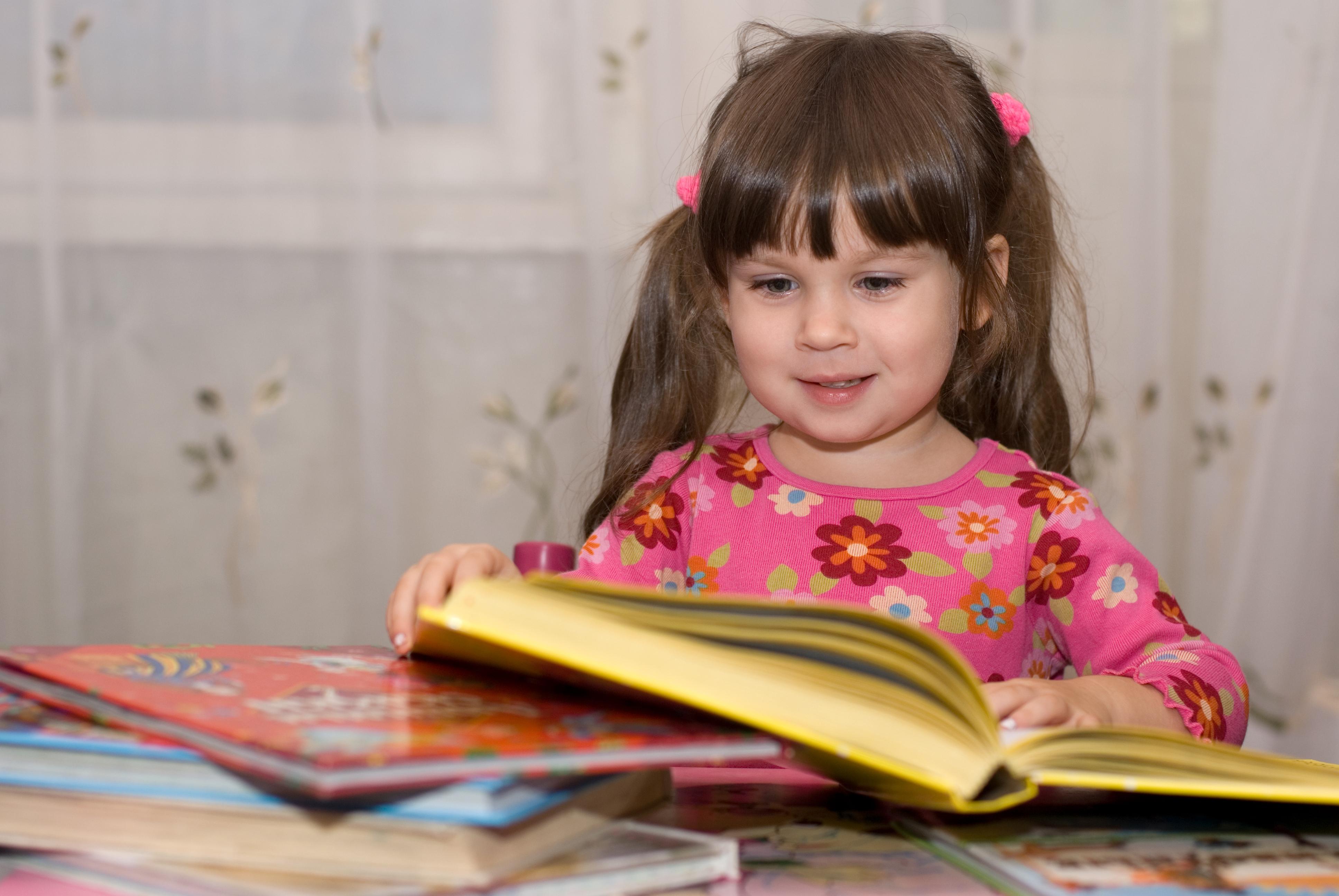 Jente 4 år leser bøker