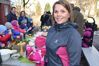 Marie Skinstad-Jansen foran barn på matkultursenter