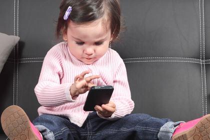 Barn med mobil