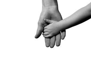 Barne- og voksenhånd