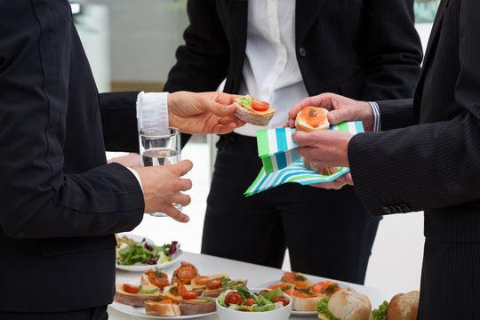 Forretningsfolk som spiser