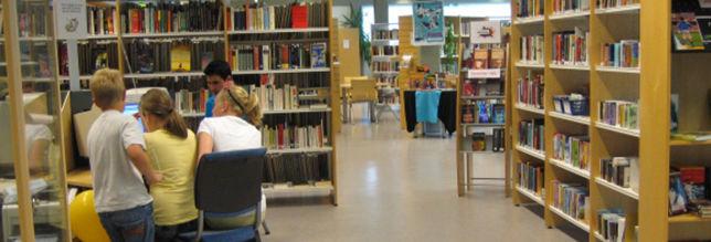 Meneske mellom bokhyllane