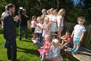 Havnabakkebarn synger for kunnskapsministeren