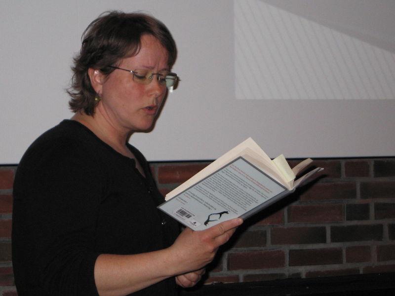 Kvinne som les høgt frå bok