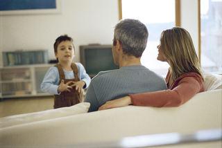 Foreldre og barn i sofa