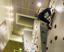 Ungdom som klatrer