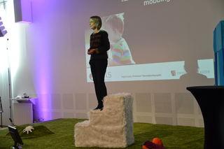 Ingrid Lund på trapp