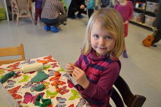 Jente maler i barnehagen