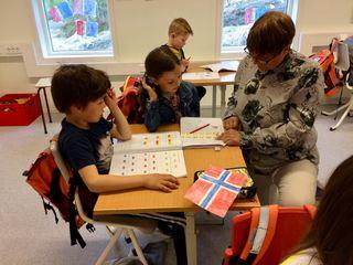 Enny, storebror Matheus og lærer Bjørg Fagernes