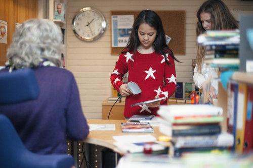 Bibliotekbrukar låner bøker