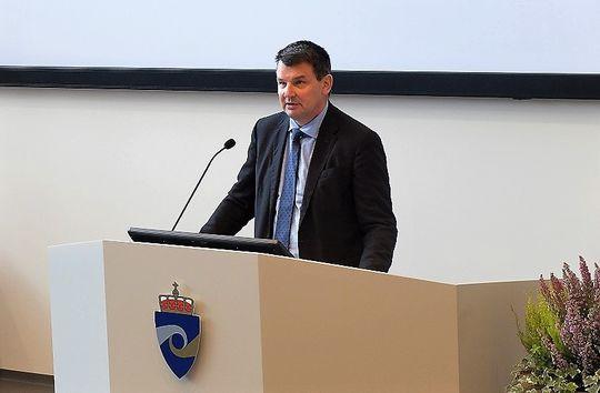 Statsråd Tor Mikkel Wara holder innlegg på EK-konferanse