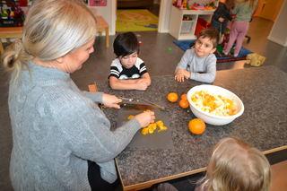 Voksen og barn kutter frukt