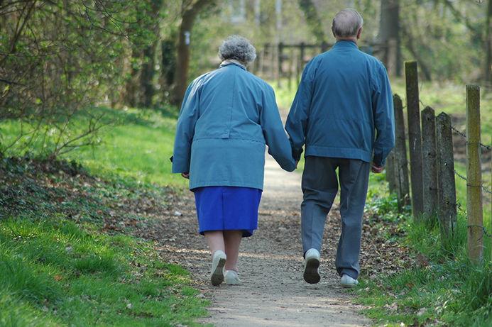 eldre par som spaserer