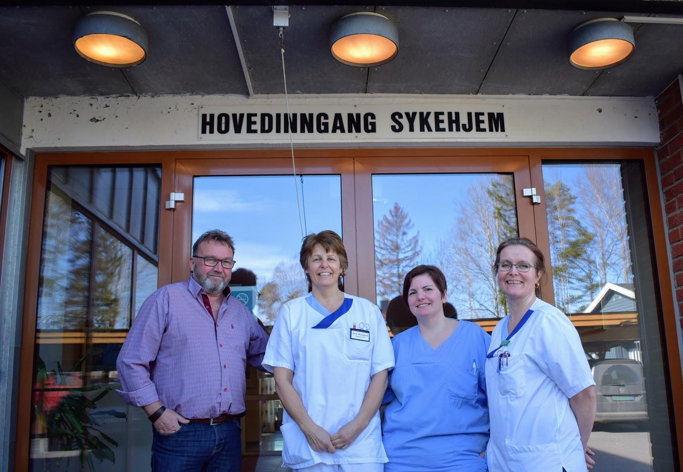 Sykepleiere på Fosbykollen - foran hovedinngang.jpg