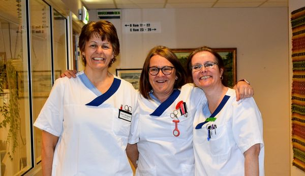 Sykepleiere på Fosbykollen - hovedbilde inne - tre ansatte