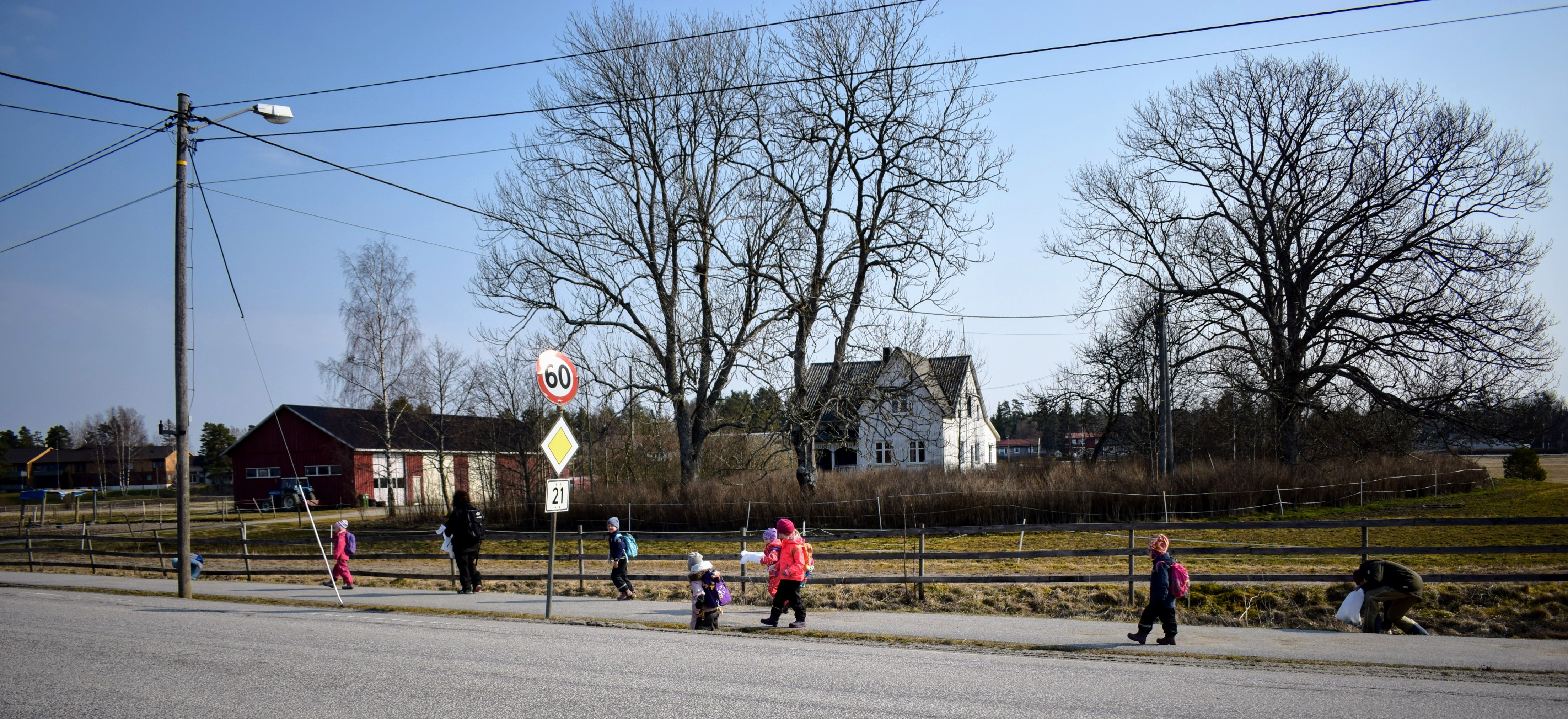 Aremark barnehage - plukker søppel (5).JPG
