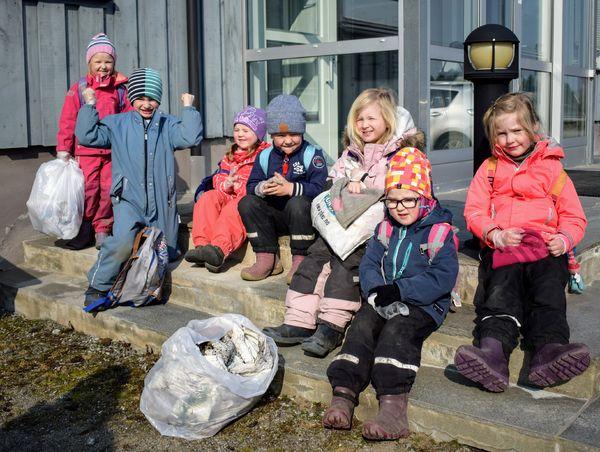 Aremark barnehage - plukker søppel (3)