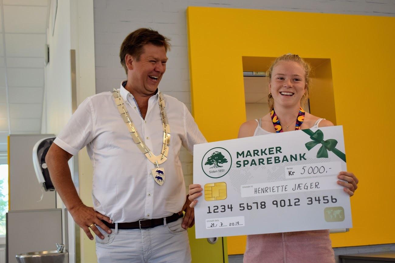Henriette Jæger og ordfører med stor sjekk.JPG