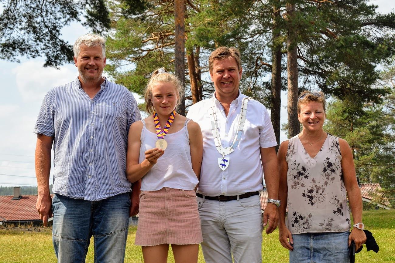 Henriette Jæger med far Hans Martin Jæger, ordfører Geir Aarbu og mor Unn Merete Jæger.JPG