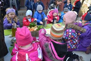 Barnehagebarn lager mat ute - Matkultursenteret