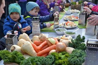 Grønnsaker foran barnehagebarn (Foto FUB)