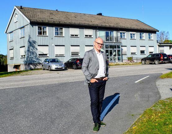 Andreas Lervik foran rådhuset