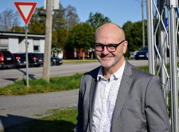 Andreas Lervik nært - rådhuset i bakgrunn