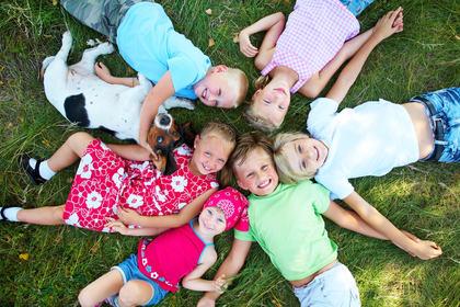 Glad gjeng barn i sommereng (Foto: Colourbox)