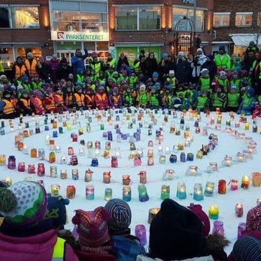 Lysmarkering på Alta sentrum. Barnehagebarn har laget egne lykter som de har satt i ring.