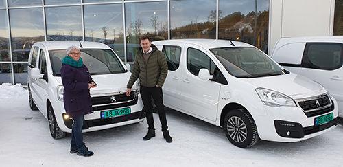 Eivind Mathisen og Svanhild Bjørnå foran el-varebilene