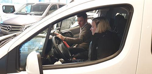 Eivind Mathisen viser hvordan bilen fungerer