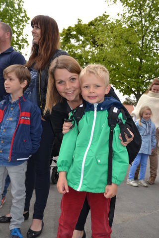 Marie Skinstad-Jansen og sønn Isak ved skolestart