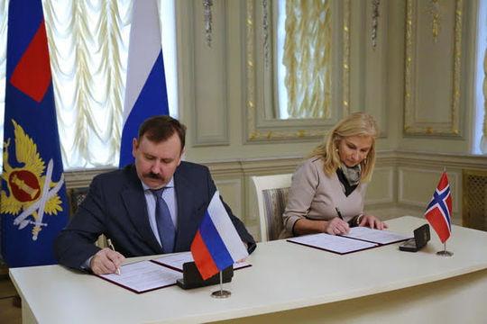 Direktør Aleksander Kalashnikov i FSIN og direktør Lise Sannerud i KDI under avtaleunderskrivingen i Moskva. Foto: FSIN